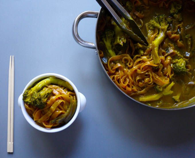 vegan broccoli curry noodles